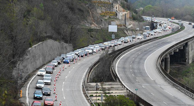 """Километрични колони от автомобили блокират АМ """"Хемус"""" в района на тунел """"Витиня"""""""