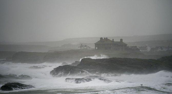 Бурята Офелия взе три жертви в Ирландия, небето над Лондон пожълтя (видео+снимки)