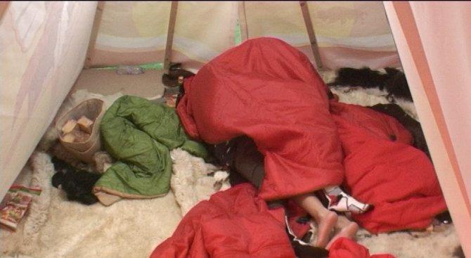 Горещи ласки в индианската палатка тази вечер в Big Brother