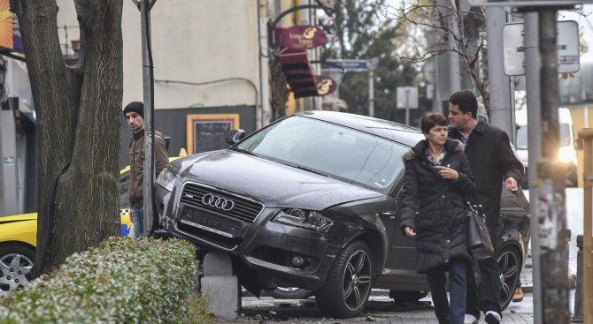 Кола се качи на тротоара до операта в София след сблъсък с такси (снимка)