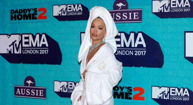 Рита Ора се появи на наградите на MTV облечена с....хавлия (снимки)