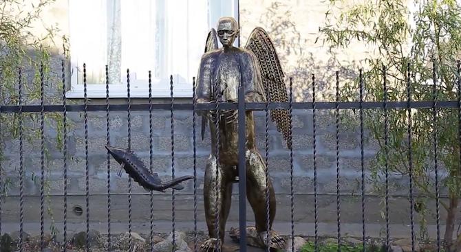 Скулптор извая статуя на Путин като крилата мечка (видео)