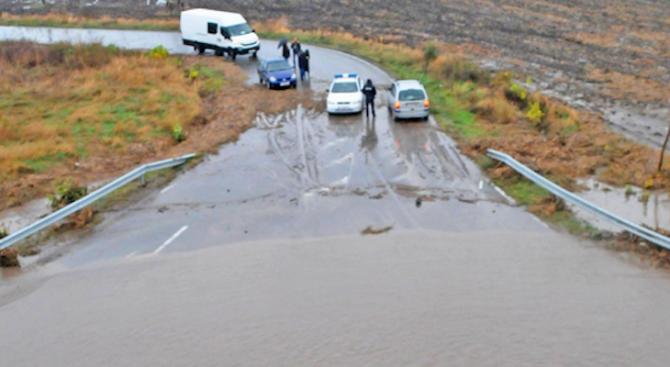АПИ сигнализира за наводнение в участък от пътя Русе-София