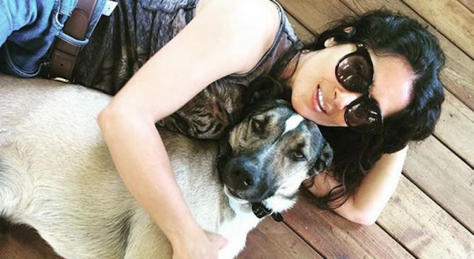 И Салма Хайек се радва на куче от България