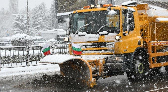 142 снегопочистващи машини са работили през изминалата нощ