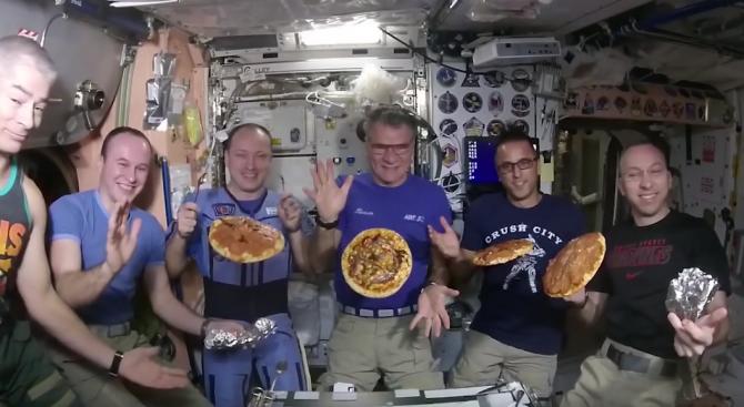 Астронавти сготвиха пица в Космоса (видео)