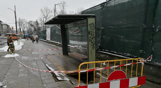 Огромна дупка се отвори под спирка в София (снимка)