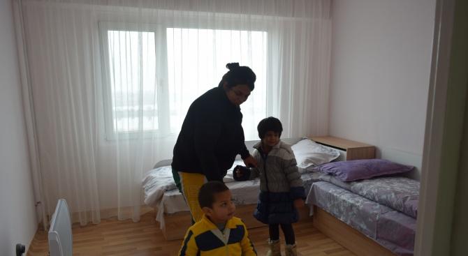 Семейството, чийто дом в Бургас изгоря припожар, получи общинско жилище (снимки)