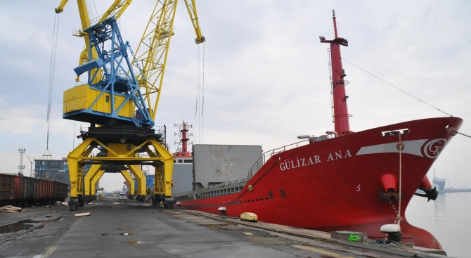 Пристанище Бургас обработи последните пет кораба за годината (снимки)