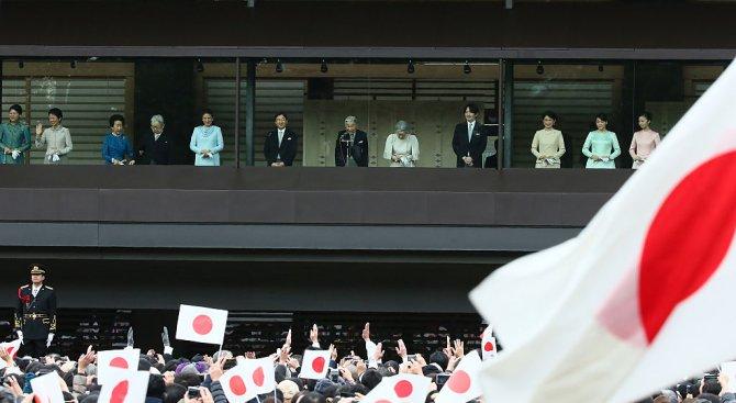 Японският император поздрави многолюдна тълпа пред двореца по случай новата година