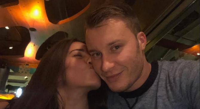 Тийнидолът Арти заби актрисата и модел Лина Роскин