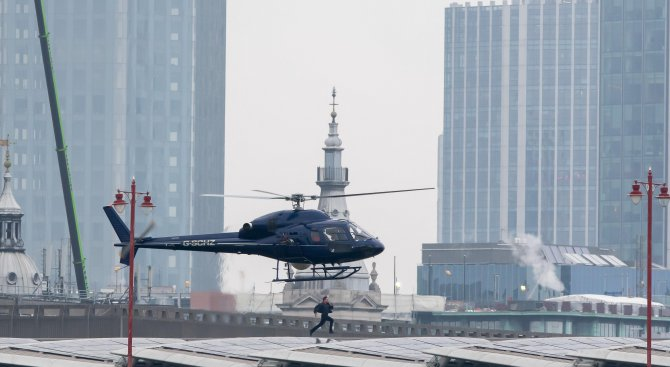 Спринтиращият над река Темза актьор Том Круз блокира част от Лондон (снимки)