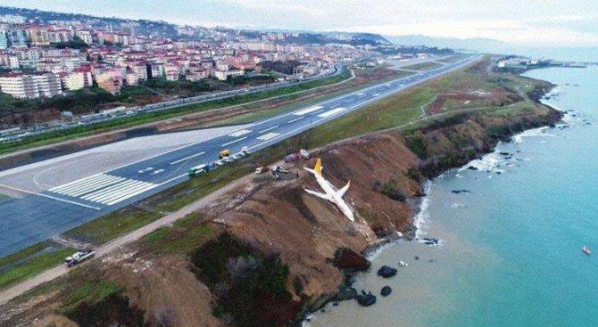 Турски самолет излезе от пистата и спря на метри от морето (снимки+видео)