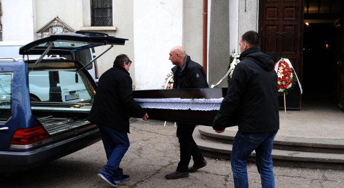 Близки и колеги изпратиха артиста Стефан Илиев в последния му път (снимки)