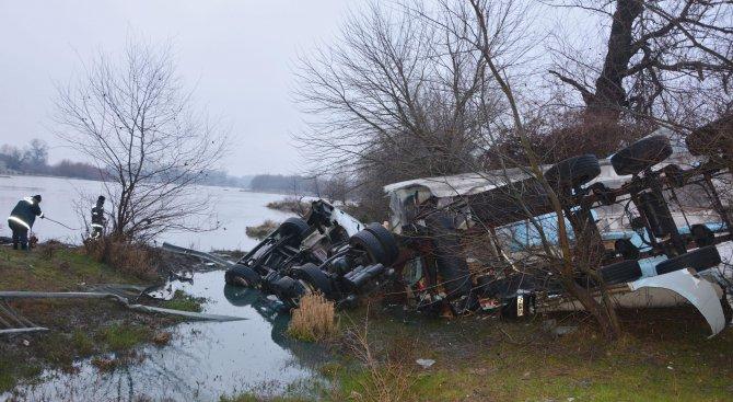 Турски ТИР падна от мост на магистрала Марица (обновена+снимки)