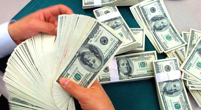 Инкасо автомобил разсипа пари на път в САЩ (видео)