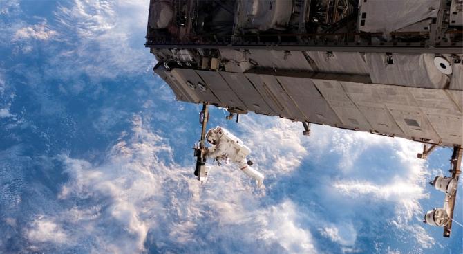 Космонавти подобриха руски рекорд по пребиваване в открития Космос