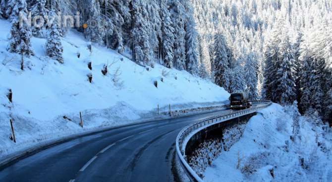 Пътните настилки са предимно сухи, а на места мокри