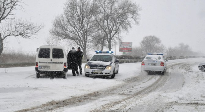 АПИ: Внимавайте, шофьори! Над 350 машини почистват републиканските пътища