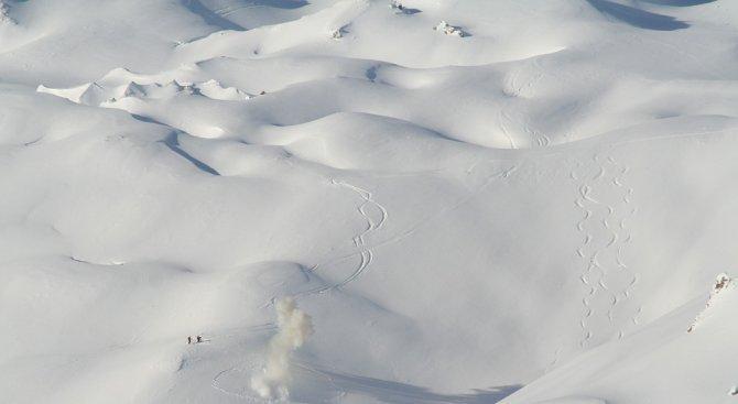 Двама души пострадаха при лавина в Швейцария