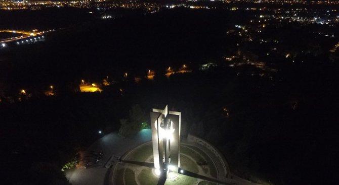 Паметникът Камбаните грейна с ново осветление