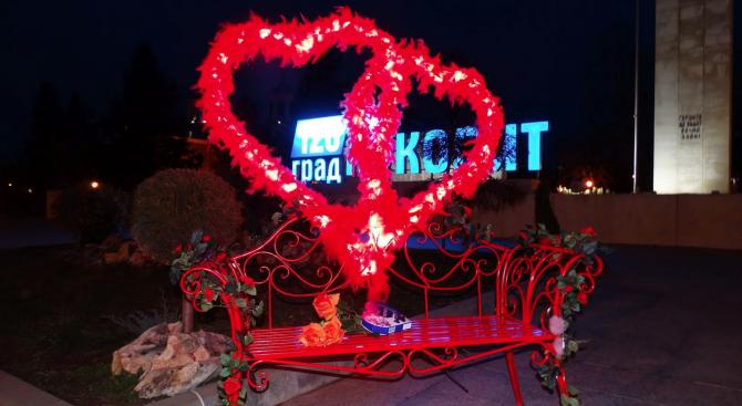 Пейка на влюбените украси центъра на Луковит (снимки)