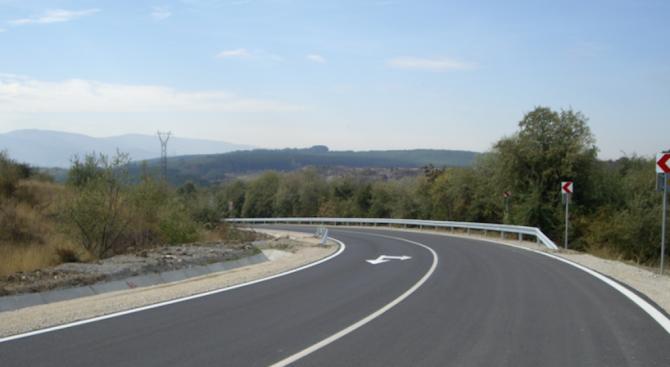 Рехабилитират близо 10 км от пътя Червен бряг - Чомаковци