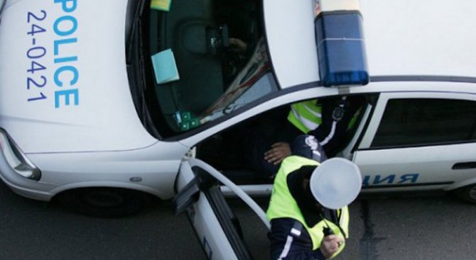 Шофьор на цистерна подхвърли 20 лв. на полицай