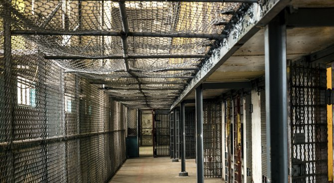 Затворници се разбунтуваха и взеха надзиратели за заложници в Бразилия