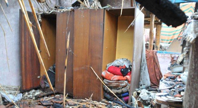 Баща и двете му деца загинаха при пожар в Средец (снимки)