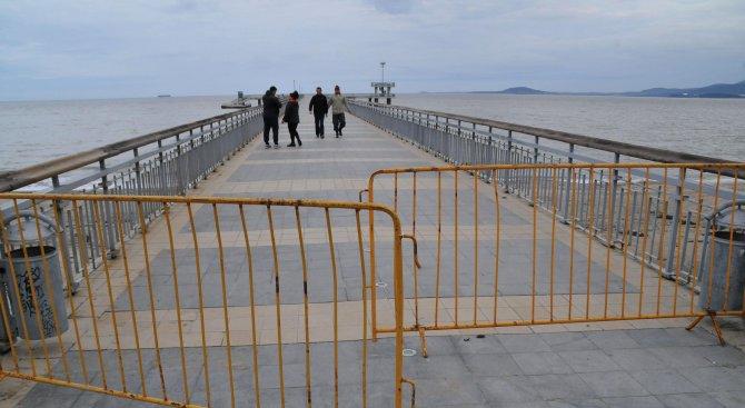 Бургазлии се разхождат по опасен мост в морския град (снимки)