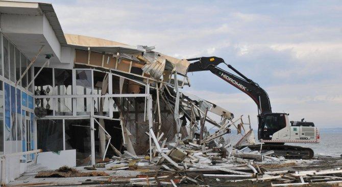 Концесионерът на Северния плаж в Бургас премахна голямо заведение (снимки)