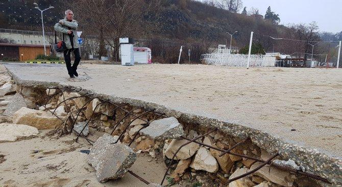Лошото време нанесе нови щети по плажната алея във Варна (снимки)