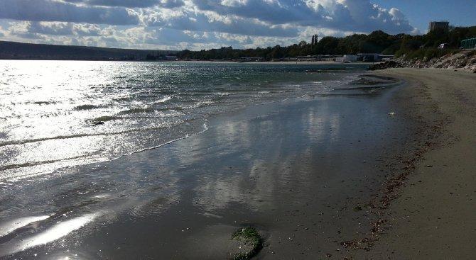Огромни вълни разбиха част от крайбрежната алея във Варна
