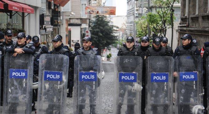 Турски полицаи биха участнички в митинг, посветен на 8 март