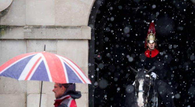Лошото време в Лондон отмени десетки полети (видео)