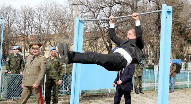Президентът Радев демонстрира умения пред командосите (снимки+видео)