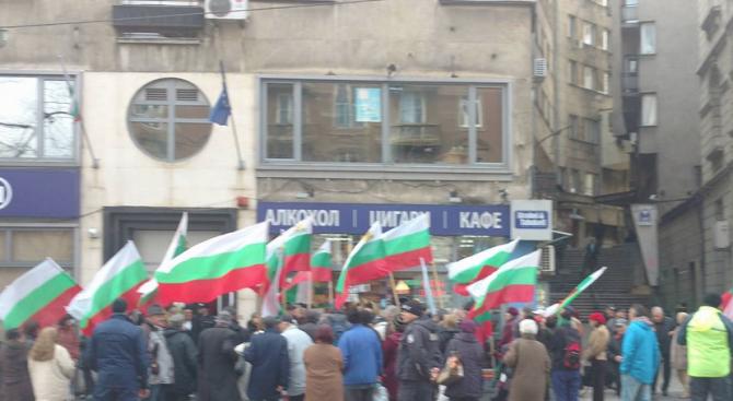 Протест пред КЕВР, искат оставката на ръководството на регулатора и на правителството (снимки)