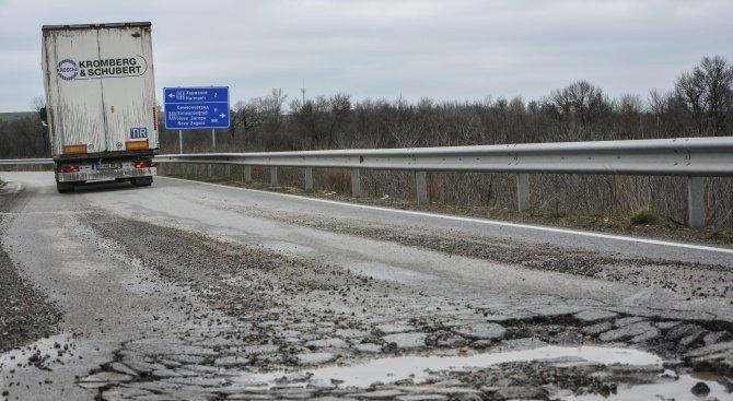 """Дупки зейнаха и на магистрала """"Марица"""" (снимки)"""