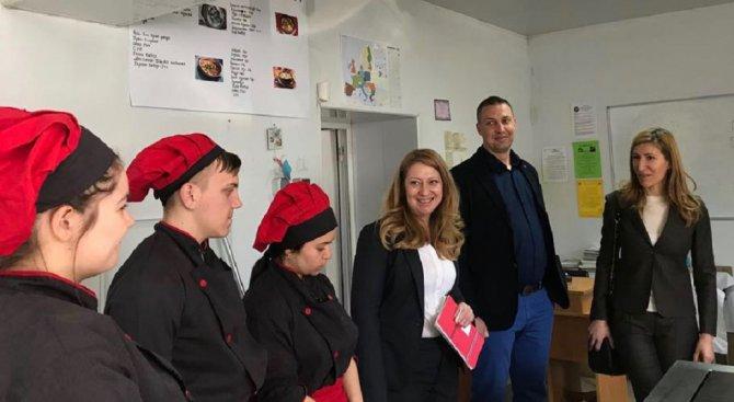 Министър Ангелкова: Подкрепяме българските деца, избрали да станат професионалисти за туризма на стр