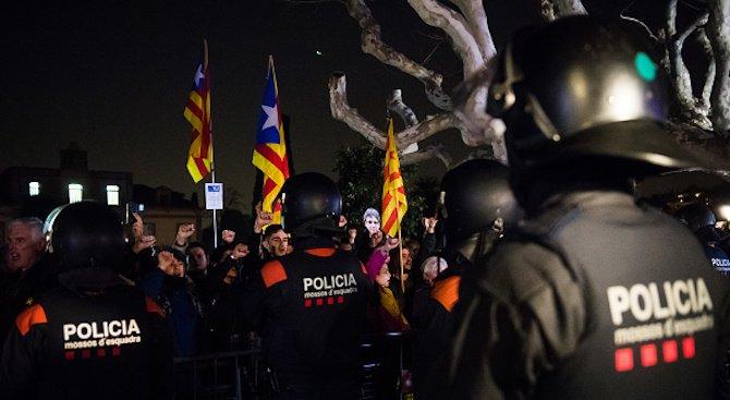 Сблъсъци избухнаха между демонстранти и полиция в центъра на Барселона