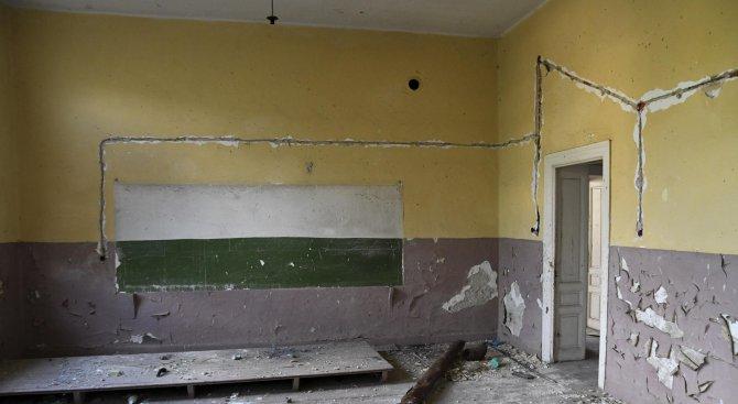 Англичани заживяха в закрито училище