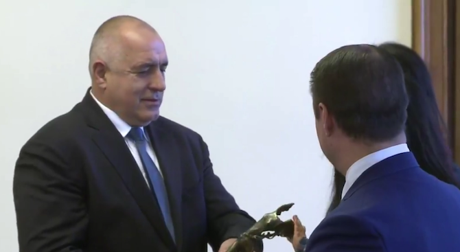 "Бойко Борисов получи отличието ""Ангел на благодарността"" (видео)"