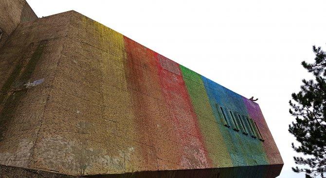 Паметникът на Българо-съветската дружба бе боядисан в цветовете на дъгата (снимки)