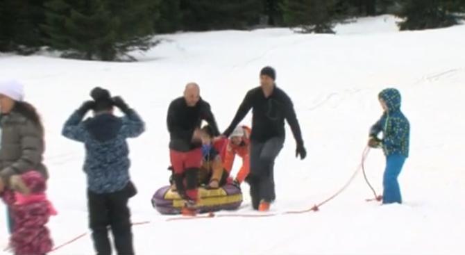 Доброволци организираха снежен излет за деца с церебрална парализа