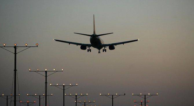 Канадски самолет кацна аварийно на летище край Вашингтон заради дим в пилотската кабина