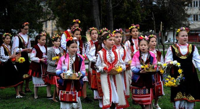 Лазарки пяха песни за плодородие и семейно благополучие в Бяла Слатина (снимки)