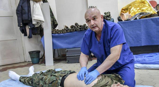 Вижте как бойни санитари спасяват ранен войник (снимки)
