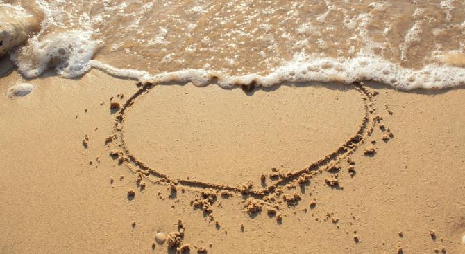 """Мъж """"рисува"""" абстрактни картини по плажовете (снимка)"""