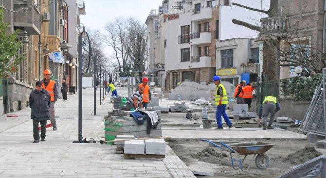 Ремонтират ударно емблематична бургаска улица (снимки)